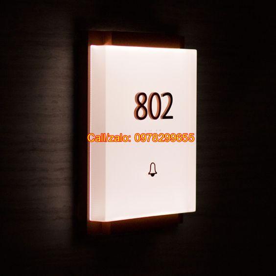 Biển số phòng gỗ phát sáng